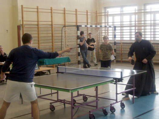 Młodzież z parafii Św. Ducha na turnieju w ping ponga.